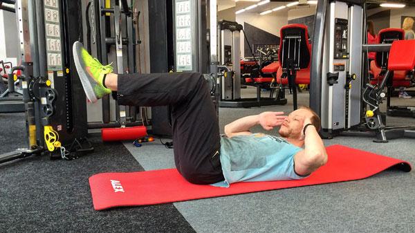 Упражнение скручивания на полу лежа
