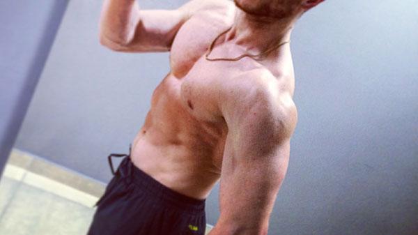 Тренировка плеч в тренажерном зале для мужчин