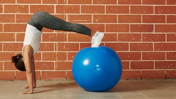 13 упражнений с фитболом на устойчивость